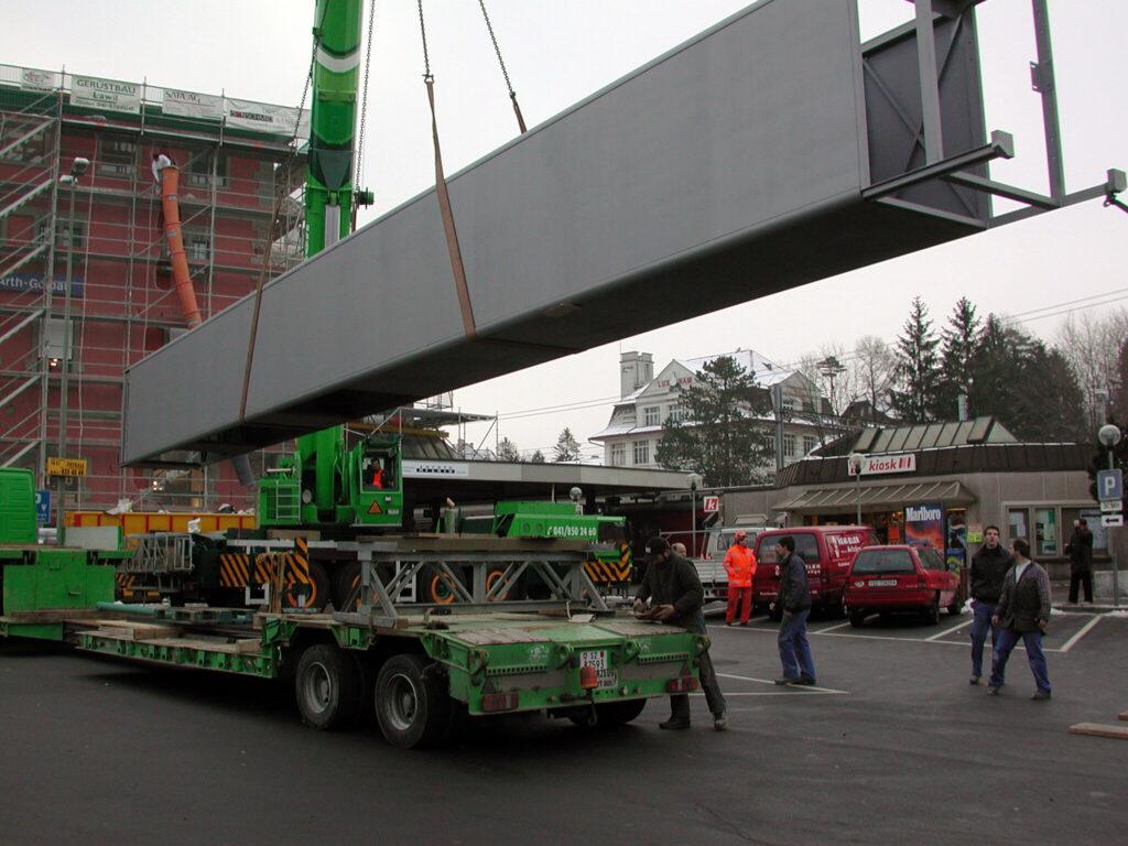 100-Tonnen-Kran hievt Liftschacht in Bahnhof