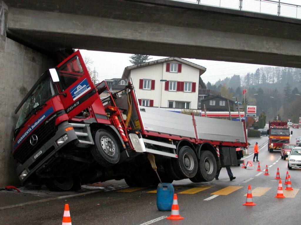 Kran blieb an Brücke hängen, LKW kippte um